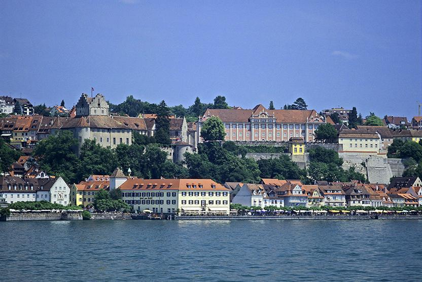 View from the lake to Meersburg Castle and the New Palace. Image: Landesmedienzentrum Baden-Württemberg, Arnim Weischer