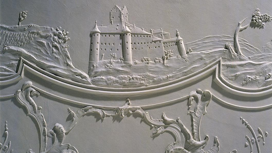 Stuck-Detail von Joseph Anton Pozzi, die Meersburg mit Weinbergen und See; Foto: Staatliche Schlösser und Gärten Baden-Württemberg, Arnim Weischer