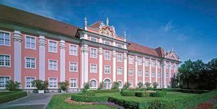 Seefassade und Schlossgarten des Neuen Schlosses Meersburg.
