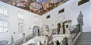 Treppenhaus im Neuen Schloss Meersburg mit Statuen und Deckenfresko