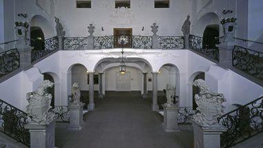 Treppenhaus im Neuen Schloss Meersburg mit Statuen und Deckenfresko; Foto: Staatliche Schlösser und Gärten, Arnim Weischer