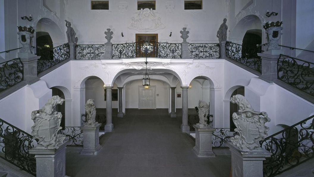 Escalier du nouveau château de Meersburg avec statues et fresque de plafond; crédit photo: Staatliche Schlösser und Gärten, ArnimWeischer