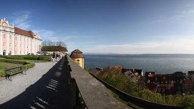 Panorama-Ansicht des Neuen Schlosses Meersburg mit Blick auf den Bodensee; Foto: Staatliche Schlösser und Garten, Peter Ronge