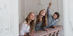 Junge Schlossbesucher an einer Balustrade